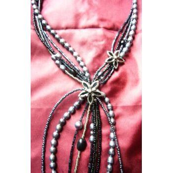 Kette aus kleinen feinen und großen Perlen