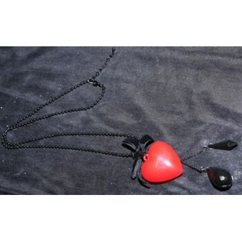 Freche Kette mit knallrotem Herzanhänger, verspielter Samtschleife