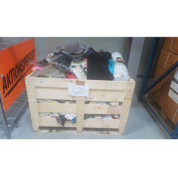 Mixposten gefüllte Holzkiste über 400 Teile Textil / Garten / Deko und einiges mehr nur 199.- Euro