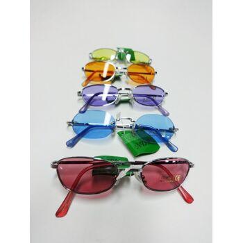 Verschiedene bunte Männer und Frauen NDR Sonnenbrillen