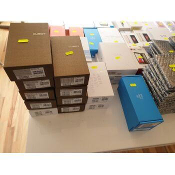 Paket mit 160 Smartphones aus Kunden Retoure