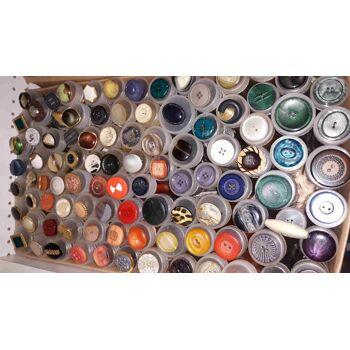 900 Stk Stoffballen, Stoffe, Satin,Seide, Leder, Wolle, Knöpfe u.v.m. Geschäftsauflösung